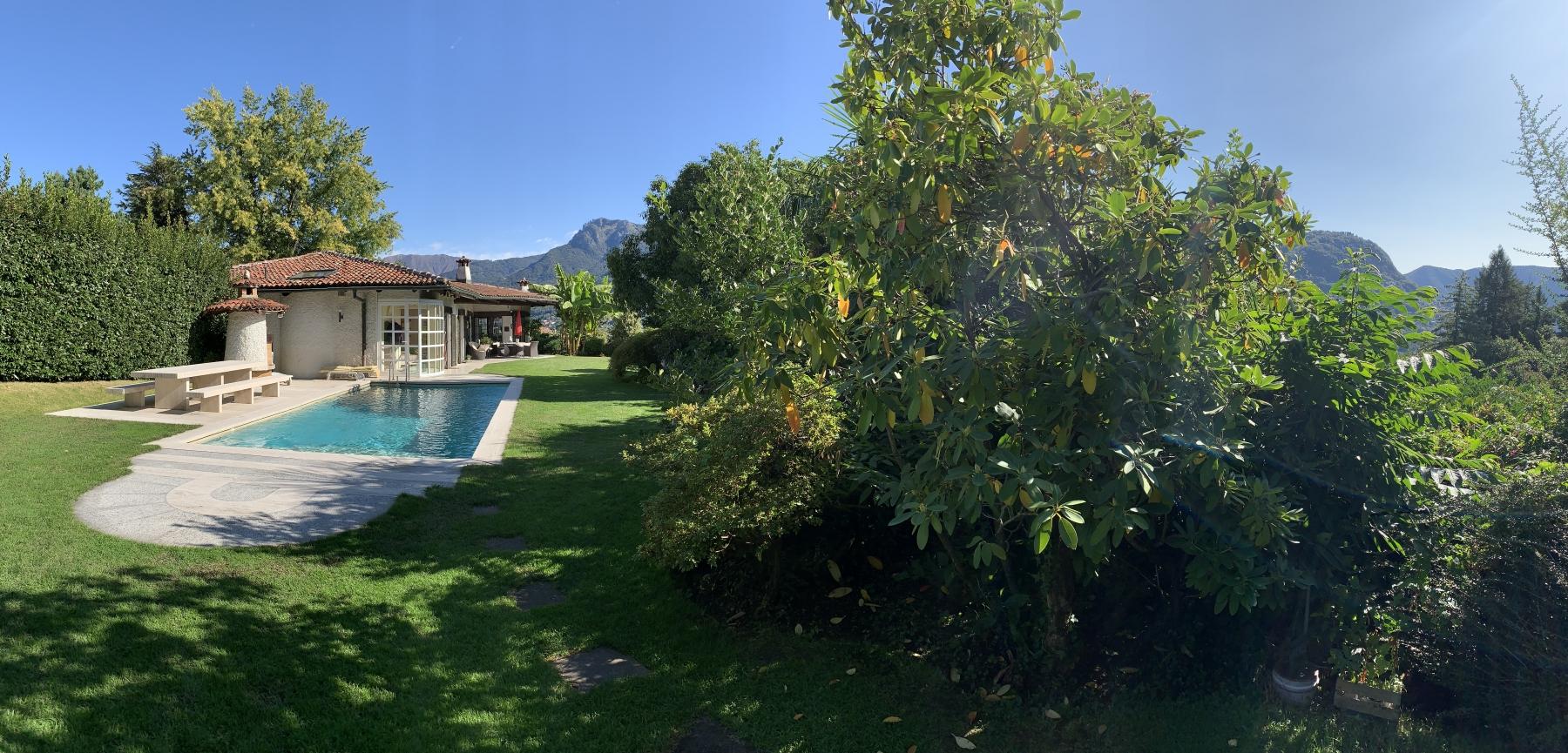 Vista giardino con piscina