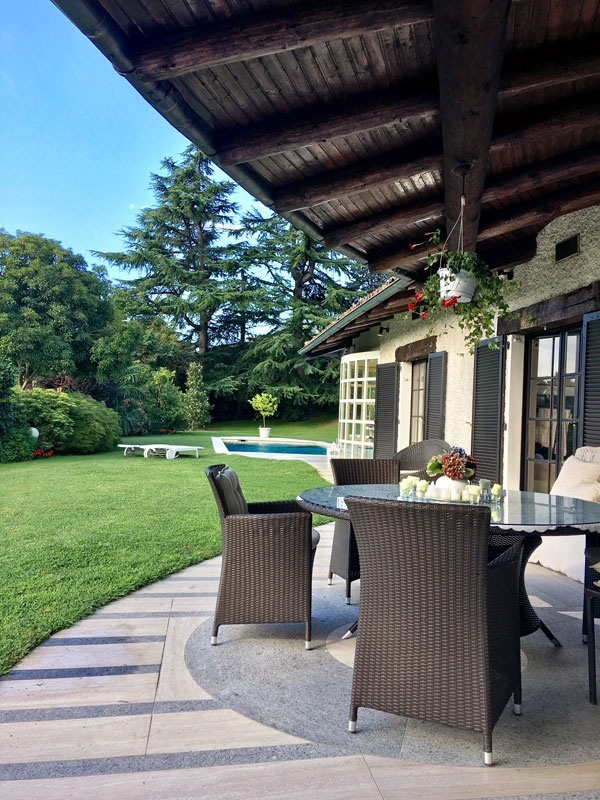 Vista portico e giardino con piscina