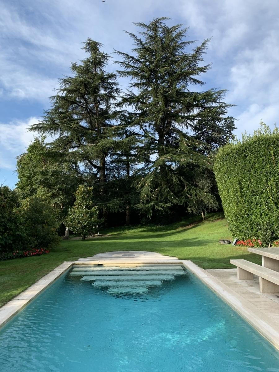 piscina con nuova scala design con effetto galleggiante